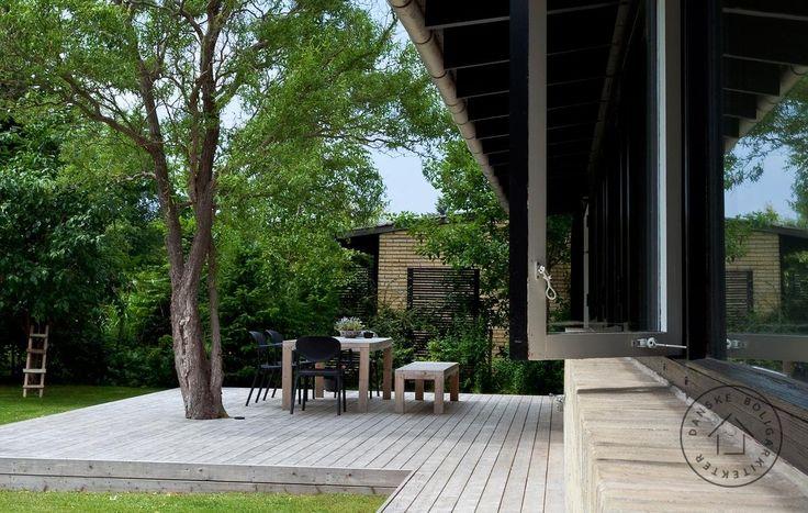 Terrasse rundt om træ