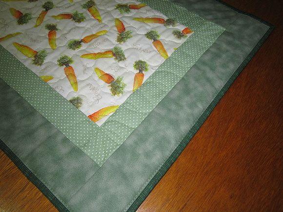 Um ótimo presente de Páscoa!! Embora não seja apenas um elemento sazonal, pois pode ser usado o ano todo.  Trilho de mesa em tecido 100%, decorado com quilt livre.   Medidas aproximadas: 105 x 45 cm R$ 132,50