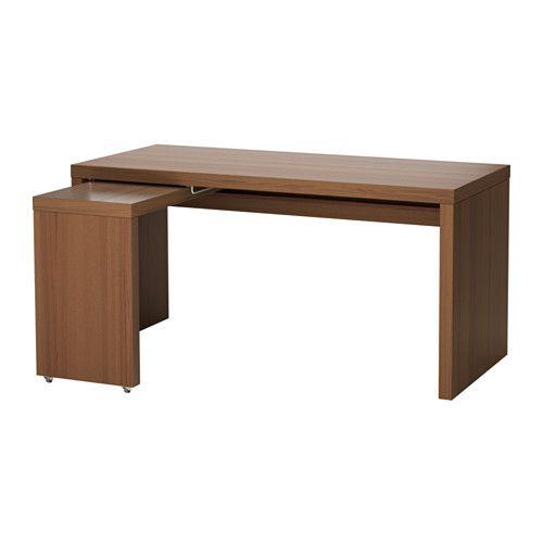 IKEA - MALM, Schreibtisch mit Ausziehplatte, braun las. Eschenfurnier, , Die Ausziehplatte bietet zusätzliche Arbeitsfläche.Im Fach unter der Tischplatte sind Kabel und Mehrfachsteckdosen griffbereit und doch außer Sichtweite.Die ausziehbare Arbeitsfläche kann nach Bedarf links oder rechts angebracht werden.Kann frei im Raum stehen, da es auch auf der Rückseite behandelt ist.