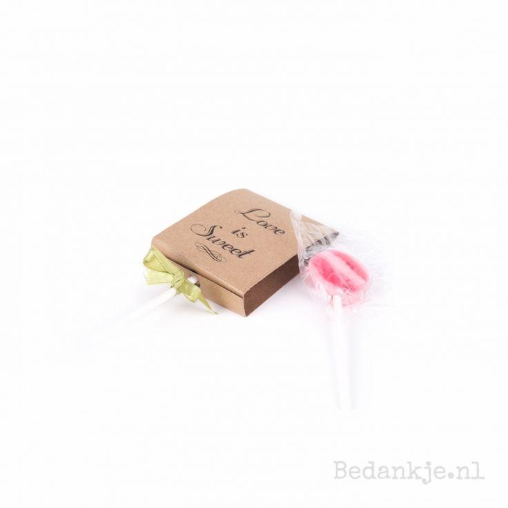 Hoe leuk is deze varriant van LOVE IS SWEET! De lolly krijgt een super leuk label in kraft kleur met daarop love is sweet. Uiteraard is ook dit bedankje te personaliseren met jullie namen en trouwdatum.
