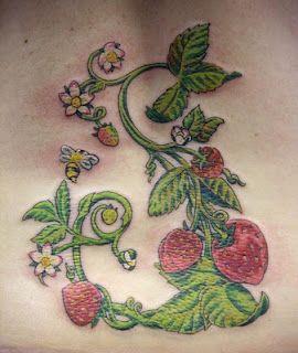Tatuaje de una enredadera de flores y fresas