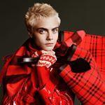 @caradelevingne está ideal en la campaña navideña de @burberry ¡Nos su corte de pelo pixie! . #trendencias #burberry #moda #fashion #trends #tendencias #bag #bags  #bolsos #red #winter #complement