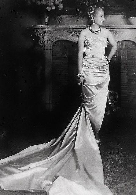 Hermosisimo vestido y espectacular mujer Eva Peron, Paris, 1947