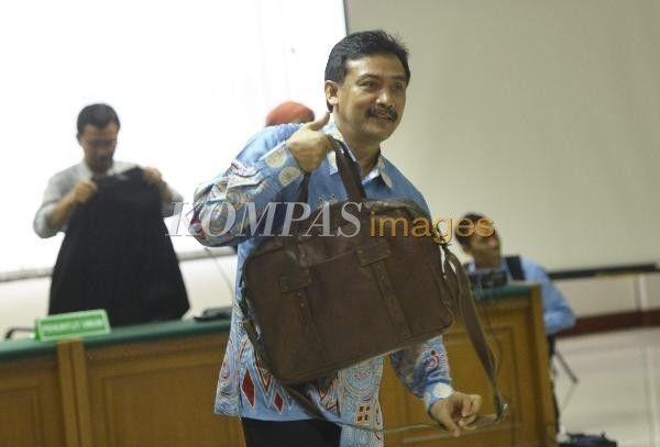 Mantan Menteri Pemuda dan Olahraga, Andi Mallarangeng, terdakwa kasus dugaan korupsi proyek Hambalang pada persidangan di Pengadilan Tipikor, Jakarta, Senin (24/3/2014). Pada persidangan tersebut, Jaksa Penuntut Umum pada Komisi Pemberantasan Korupsi (KPK) meminta kepada majelis hakim untuk menolak eksepsi atau nota keberatan Andi Mallarangeng.