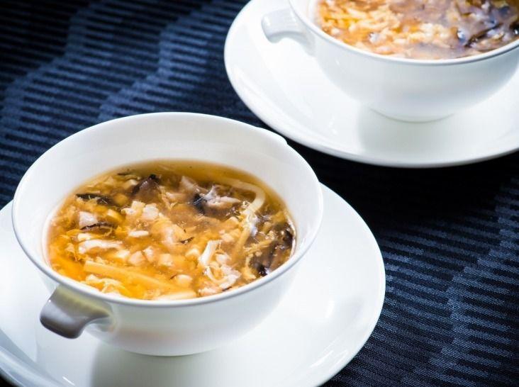 酸辣湯 〜酢とコショウのとろみスープ〜 - 井上 和豊シェフのレシピ。酢の酸味とコショウの辛みをストレートに味わえるように、ベースは澄んだスープに仕上げます。煮込むと肉から脂が出て乳化してしまうので、必要以上に沸騰させず、具材は細切りに統一してさっと煮て火を通します。酢は仕上げに加えて酸味を立たせましょう。 ※調理時間に乾物を戻す時間は含みません。