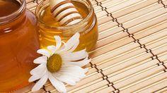 Frauen mit blondem Haar verwenden seit jeher verschiedene Hausmittel zum Aufhellen ihrer Haare. Diese alten Rezepte sind meist schonender als chemische Produkte. Wir zeigen Ihnen, wie Sie mit Zitrone, Kamille und Honig Ihr Haar natürlich aufhellen...