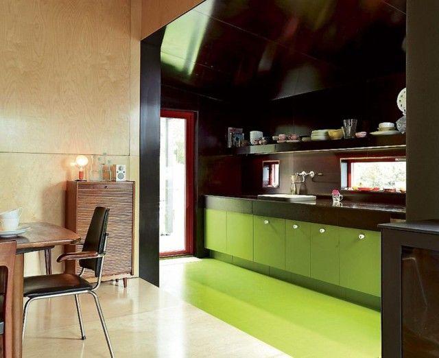 RETRO: Kjøkkenet er kledd med forskalingsplater og har Ikea-innmat. Gulv på kjøkkenet har fargekode S3060 G70Y og veggen på kjøkkenet er forskalingsplate - RB045 S242,5.   Foto: Sveinung Bråthen