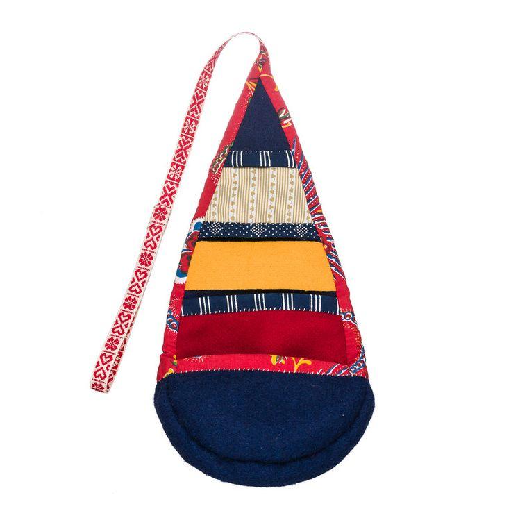 Masman är en traditionell samisk förvaringspåse. Materialsatsen är en fri inspiration från den. Storlek: Material: Vadmal, kläde, kattun, blåtryck, band och lintråd. I den grå/bruna ingår även en bit linne. Beskrivning: Johanna Runbäck