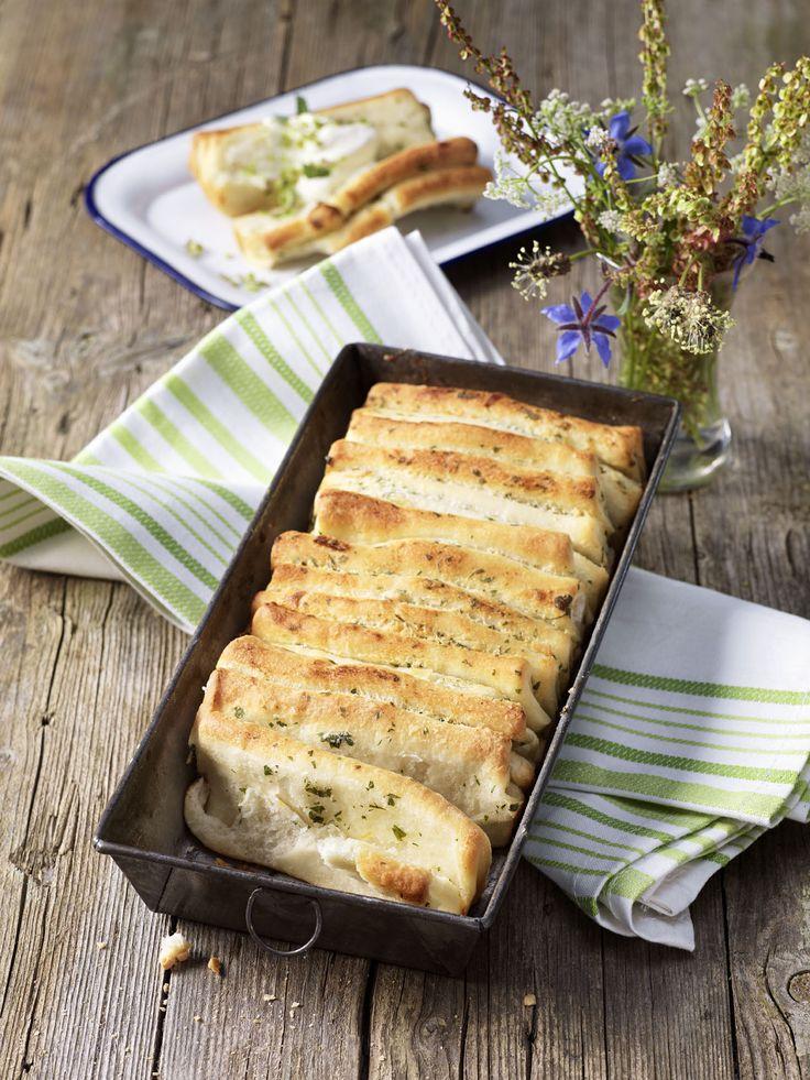 Breekpizza met roomkaas     1 rol Tante Fanny pizzadeeg 400 g     1 el olijfolie     2-3 knoflooktenen fijngesneden     Gemengde verse kruiden naar smaak, gewassen en fijn gehakt     100 g roomkaas     Zout en zwarte peper uit de molen     geraspte nootmuskaat     Een beetje boter om de vorm in te vetten     1 el bloem     50 g boter op kamertemperatuur