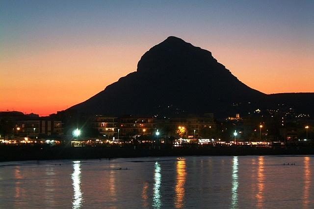 Javea Sunset. Cette montagne magique, habitée dès la préhistoire, donne au paysage un aspect sud-américain... Mais nous sommes bien en Espagne, tout près de Denia, pas très loin non plus de Moreira et d'Altea.