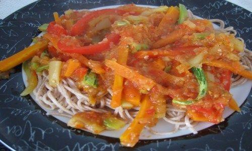 Numa panela antiaderente, doure a cebola e o alho picados. Junte o tomate e 1 rodela do pimentão cordados em cubinhos, 1 col. de sopa de molho de tomate industrializado e deixe cozinhar até que o tomate comece a se desmanchar. Acrescente as folha de manjer