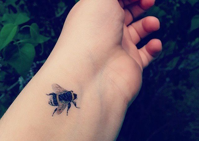really cute & realistic bumble bee