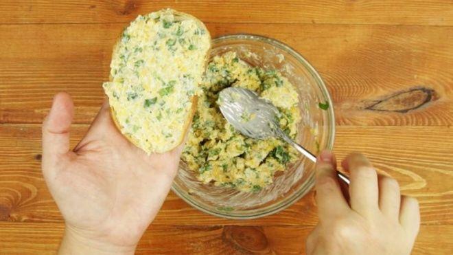 Készítsd el a világ legfinomabb fokhagymás kencéjét! Hozzávalók: 100 gramm vaj 20 cikk fokhagyma 150 gramm sajt 2 evőkanál olívaolaj 1...