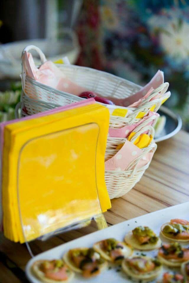 Picnic Wedding food : cute baskets