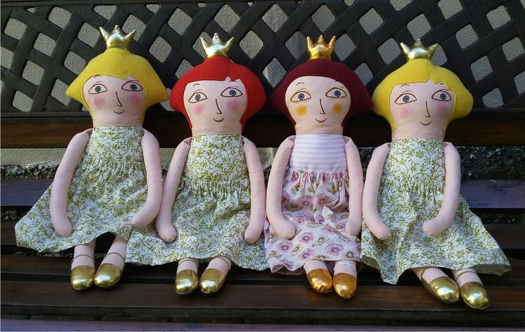 """Matylda ... je princezna """"Hadrová"""" panenka je ušitá z bavlněných látek, vlasy jsou z fleece, výplň pes kuličky. Obličej je natisknutý z linorytu a domalován a dobarven štětcem nezávadnými textilními barvami fixovanými zažehlením. Na sobě má bílo-zlatý nebo růžovo-bílý pruhovaný drezík, zlatou korunku, též zlaté botky. Sukně je svlíkací. Je dost velká - 50 cm. ..."""