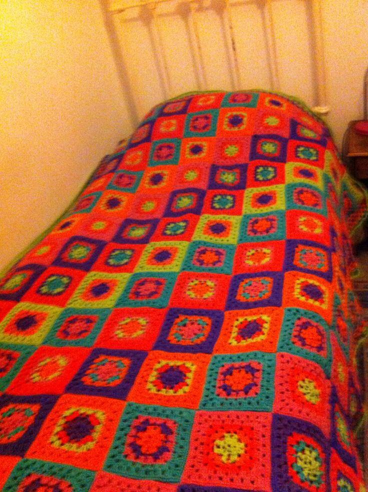 Cubrecama a crochet alegre y juvenil