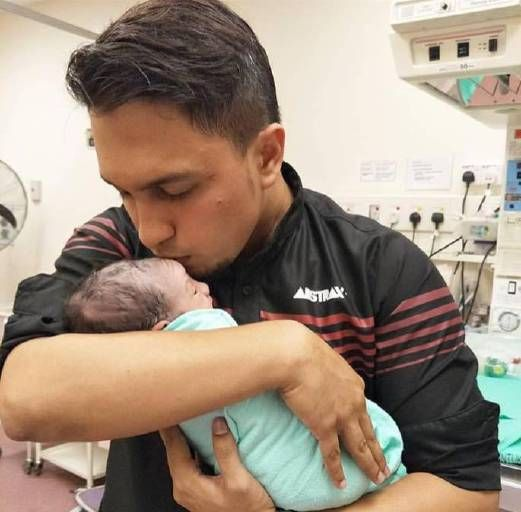 "Haziq Hot FM timang anak sulung TAPI...   Penyampai radio Hot FM Haziq Hussni 27 mengakui perasaannya bercampur-baur sebaik saja isterinya Ayunda Putri Mekarsari melahirkan cahaya mata lelaki secara pembedahan pada jam 9.29 malam Jumaat minggu lalu. Haziq berkata isterinya dimasukkan ke hospital pada jam 10.30 pagi selepas mengalami tanda awal untuk bersalin. Doktor bagaimanapun mengambil keputusan untuk melakukan pembedahan. ""Bagi saya apa yang penting nyawa Putri dan anak yang dilahirkan…"