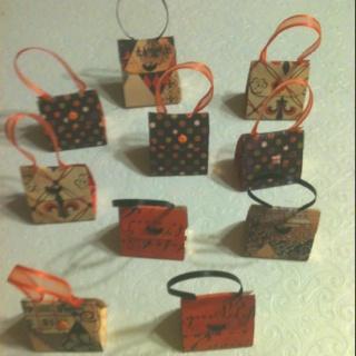 Mini purses each holding a Hershey nugget.
