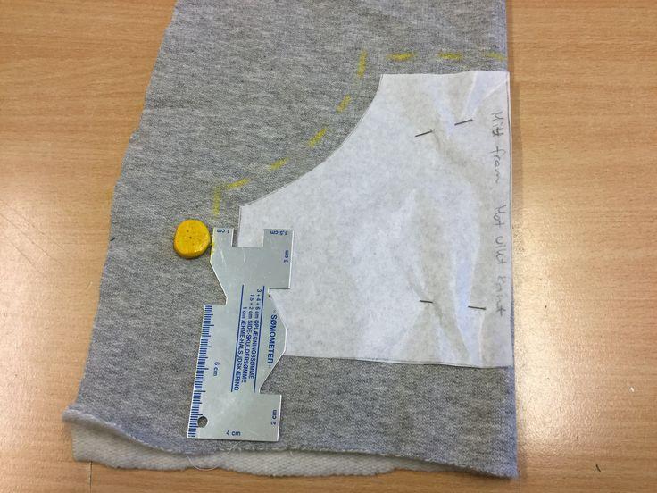 3. Rita ut 1 cm sömsmån runt alla delar med hjälp av en phiffikus och en skräddarkrita.