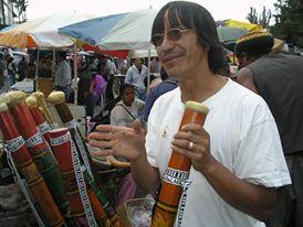 Instrumentos músicales Andinos. Palo de lluvia Otavalo, Ecuador Foto; Celia López