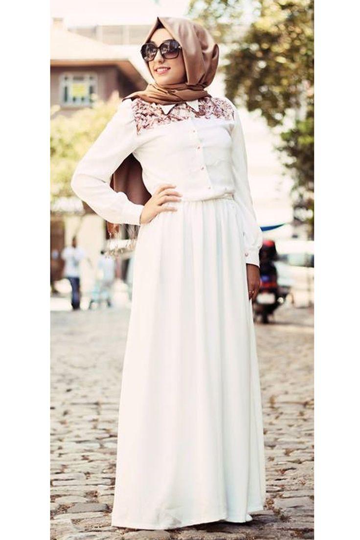 Yakası payet ve dantel süslü elbise Gamze Polat tarafından siz tesettür giyimli hanımlar için yeni sezon tesettür modasına uygun olarak krep kumaştan tasarlanmıştır.