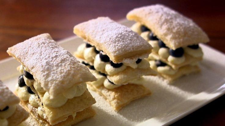 Delícia para a sobremesa: Mil-folhas! Anote receita com creme de limão e mirtilo.
