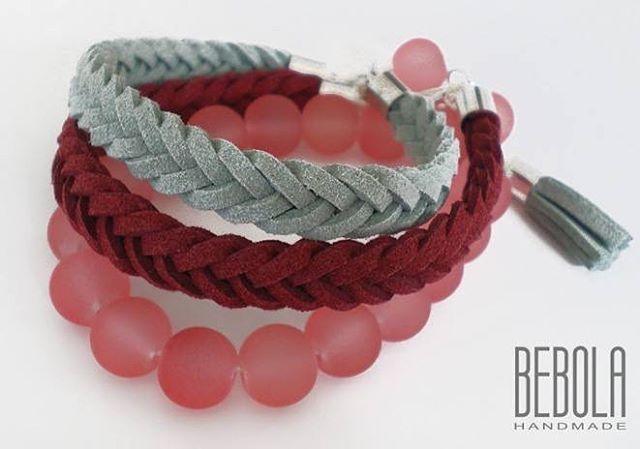 Komplet bransoletek nr 3. Zapleciony szary i mocno czerwony rzemień.Do tego bransoletka ze szklanych koralików. To wszystko z delikatnymi zawieszkami. #bracelet #jewelry #bransoletka #bransoletkapleciona #bransoletkazkoralikow #krakow #polska #handmade #bebola #moda #dodatek #komplet #prezent