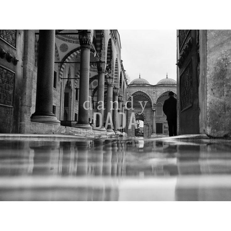 """Moschea L'opera """"Moschea I"""" di Claudio Silighini appartiene alla collezione """"Moschee"""". Lo #specchio d'acqua amplifica lo #spazio, focalizzando l'attenzione sulla porta del chiostro. Il gioco speculare riempie l'immagine di dettagli architettonici, che costringono lo sguardo a soffermarsi più volte prima di identificare il soggetto dell'azione. Le sfumature del #pavimento trasportano l'immagine in una dimensione sospesa.   #Istanbul, 2012"""