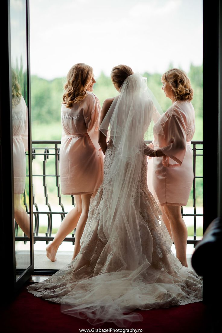 Bridesmaids photo ideas you'll want to use on your wedding day #grabazei #bridesmaids Grabazei Photography #gettingreadybride #weddingmorning #bridalpreparations