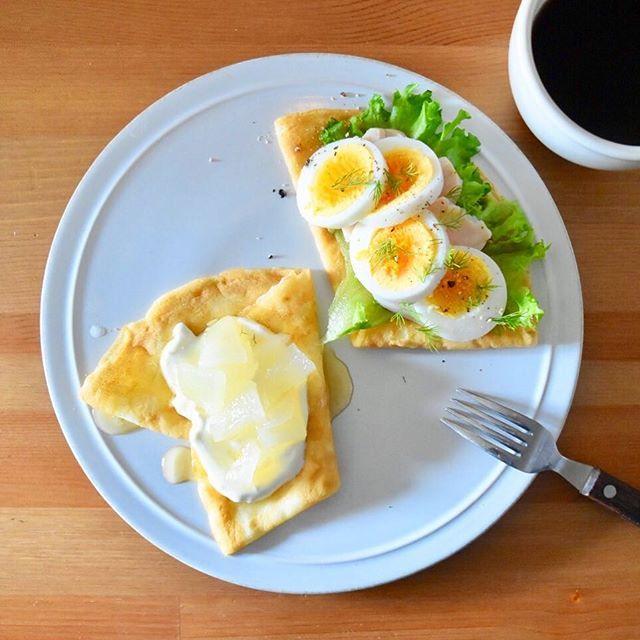 keiyamazaki on Instagram pinned by myThings Today's breakfast. この週末は色々やること考えること多くて(年末が近づいてきた感じ!年賀状とか)、朝ごはんどうのこうのというところまで頭がまわらず…。冷凍してあったクレープ生地で、サラダチキンと卵の甘くないタイプと、クリームチーズとヨーグルトのクリームに梨のコンポート?みたいなのとハチミツで甘いタイプの2種。