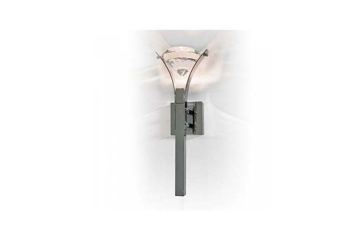 Cristalul de dimansiuni impresionante face din această aplică alegerea perfectă pentru un interior luxuos și stilat