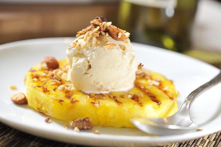 Piña asada con helado de vainilla y granola | Cocina y Comparte | Recetas de Cocina al Natural