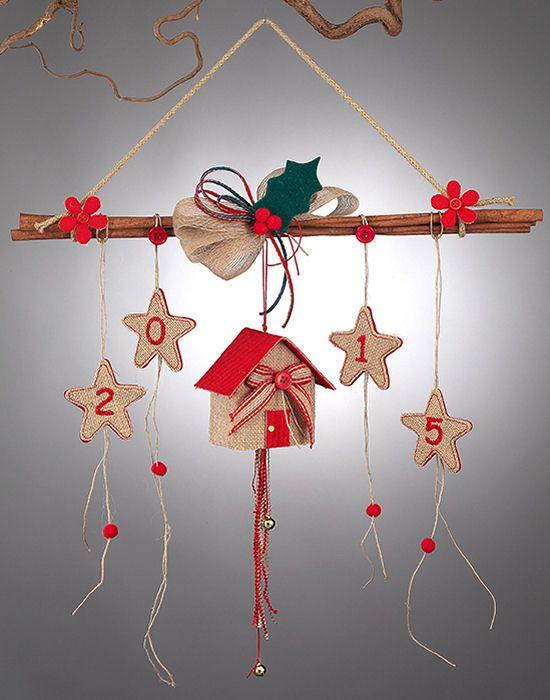 www.mpomponieres.gr Χριστουγενιάτικο κρεμαστό στολίδι με κανέλα διακοσμημένο με αστεράκια, τα οποία είναι φτιαγμένα από τσόχα και λινάτσα με κεντημένο επάνω τους το 2015 και σπιτάκι όπου από το κάτω μέρος του κρέμονται κορδελάκια με δεμένα επάνω τους κουδουνάκια. Όλα τα χριστουγεννιάτικα προϊόντα μας είναι χειροποίητα ελληνικής κατασκευής. http://www.mpomponieres.gr/xristougienatika/kremasto-xristougenniatiko-stolidi-me-kanela.html #burlap #christmas #ornament #felt #stolidia…
