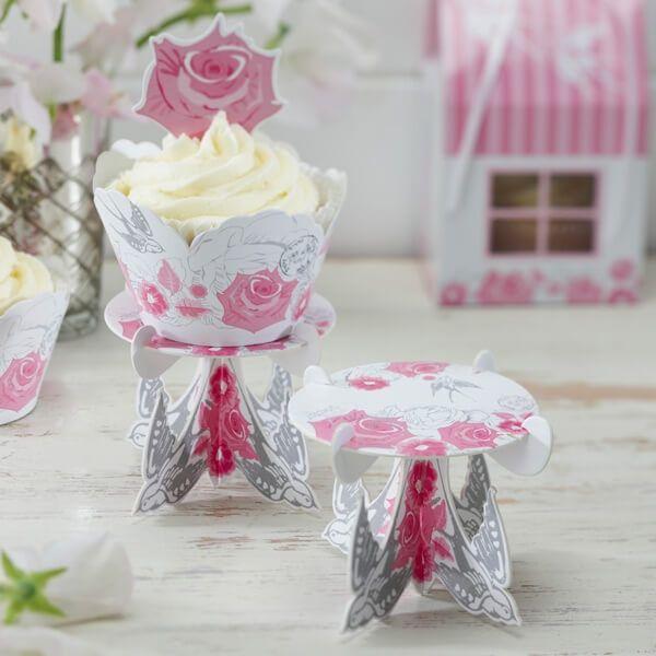Setzen Sie Ihre Cupcakes zur Hochzeit mit diesen romantischen Cupcake Ständern gekonnt in Szene. Vier kleine Schwalben in Hellgrau halten als Füße die Cupcakes. Perfekt für die Candy Bar!