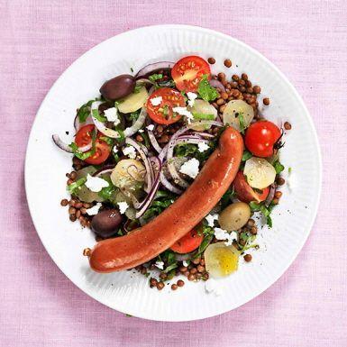 En snabblagad och mättande blandning av färdigkokta linser, tomat, rödlök, saltgurka och fetaost. Den färggranna lins- och tomatsalladen är tillräckligt matig att stå för sig själv som vegetarisk huvudrätt. Men visst blir det extra gott med stekt eller grillad korv.