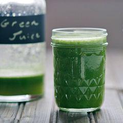 Juice: Grøn laban: 1/2 lime med skræl 3 stilke blegselleri 2 cm ananas 1/2 agurk 1/3 broccoli 1 æble 2 cm ingefær Skyl og rens alle ingredienser, og pres dem i en juicemaskine.