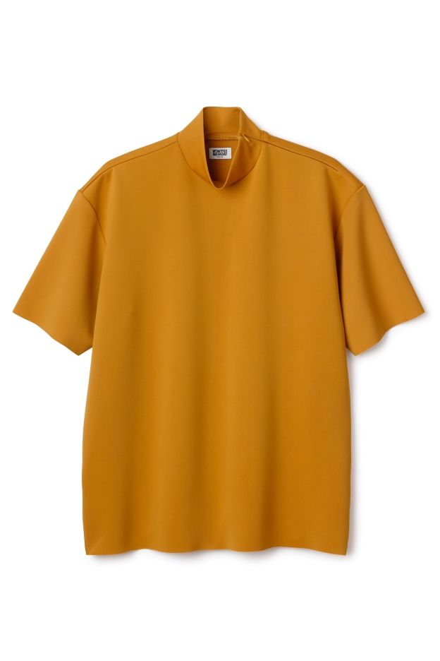 The Polo ss Tee has a turtleneck collar and short sleeves, made in a shiny and stretchy feel fabric. This tee has a relaxed fit with a zip-closure in the back. - Size Medium measures 116 cm in chest circumference and 74 cm in length. The sleeve length is 24 cm.