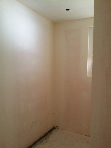 Première couche de peinture dans la salle de bain