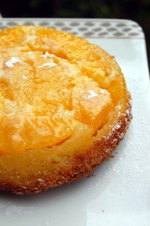 TATIN A L'ORANGE (Pour 4 P : 5 oranges, 75 g de sucre en poudre, 4 c à c de cassonade, 85 g de farine, 2 oeufs, 40 g de beurre fondu, 1/2 sachet de levure)