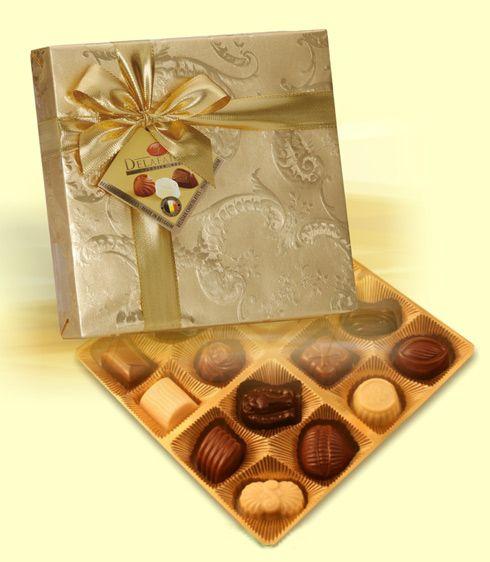 Bonboniéra obsahuje směs prvotřídních pralinek od značkového belgického výrobce /16ks pralinek/. Bonboniéru opatříme firemní visačkou. Rozměr: 190x190x30 mm. Váha čokolády 200 g.  Bonboniéra patří mezi dobré nápady na dárky jako tip na celoroční firemní reklamní předmět.