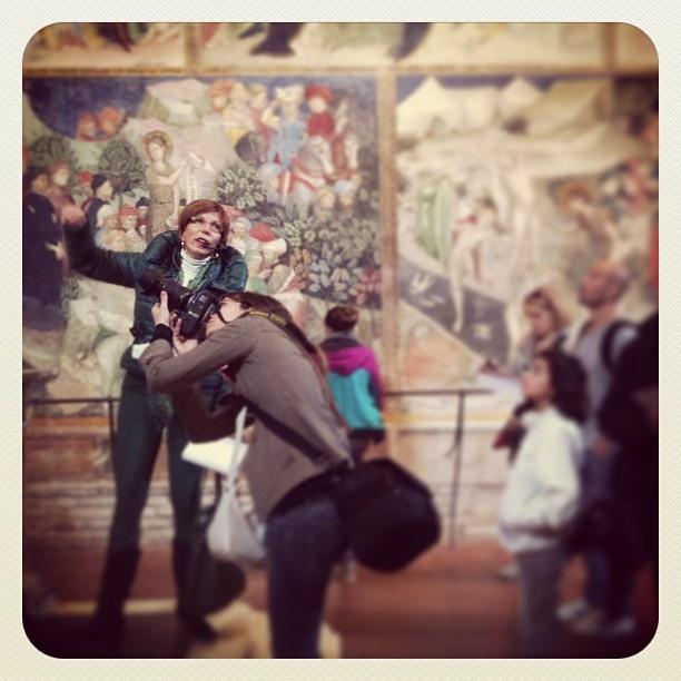 la guida durante l'instawalk, dentro l'Oratorio di San Giovanni di @eli_marigo #italy #italia #urbino #igermarche #igersitalia #marche #urbino2019 #igersmarche #igersitalia #instawalkurbino #invasionidigitalimarche #invasionidigitali