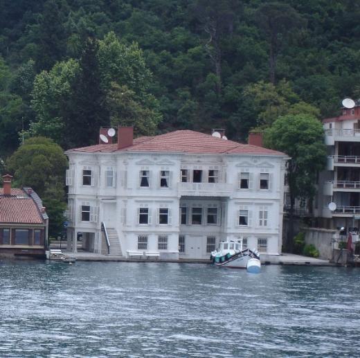 PRENSES RUKİYE YALISI  Yalı, eşinin ailesi tarafından yüz görümlüğü olarak son Mısır Hıdivi Abbas Hilmi Paşa'nın kızı Prenses Rukiye'ye hediye edilmiş. XIX. yüzyılın sonlarında yapılmış olan bina, bir zamanlar en büyük yalılardan biriymiş. Arkasında Mihrabad Korusu bulunan yalıyı Türkiye Jokey Kulübü'nün ünlü isimlerinden Özdemir Atman 1957 yılında satın almış.