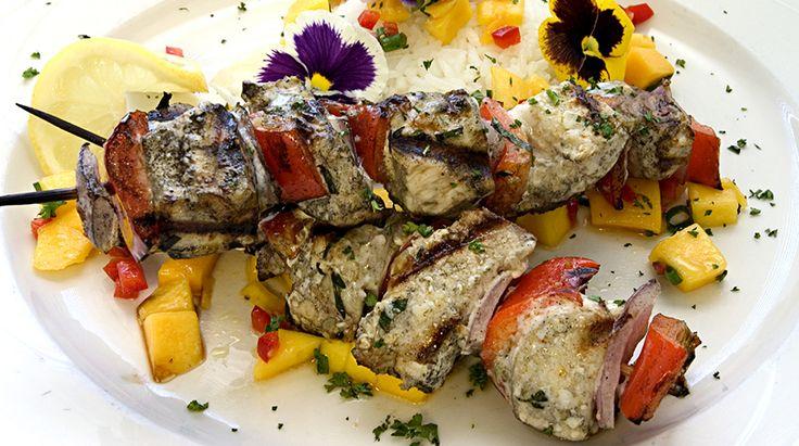 Ricetta Spiedini di pesce spada e verdure con pesto di rucola e crema di pomodoro alla paprika - Giornale del cibo