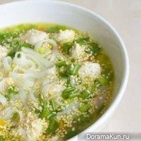 Постный суп с рисовой лапшой и кунжутом
