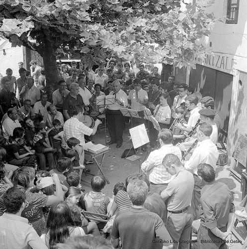 Portu Zaharreko jaietan txistularien kontzertua / Concierto de txistularis en fiestas del Puerto Viejo, 1973 (Colección Eugenio Gandiaga) (ref. SC1227)