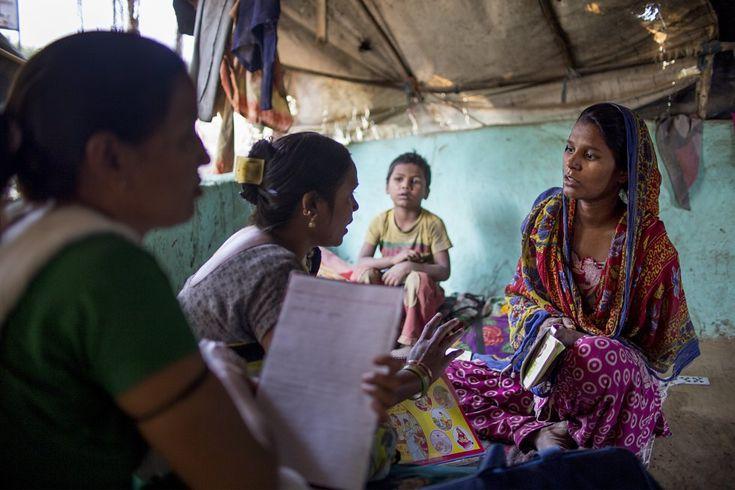 """Dos miembros del equipo de movilización social de Unicef creado en 2002 para atraer a la población hacia las campañas de vacunas, instruyen a una mujer embarazada sobre la importancia de que vaya al médico para un seguimiento profesional de su estado de salud, y le avanzan algunos consejos básicos sobre cómo actuar cuando nazca el bebé: """"Tienes que dar el pecho exclusivamente durante los primeros seis meses"""". El legado de la lucha contra la polio La red creada para la vacunación contra esta…"""