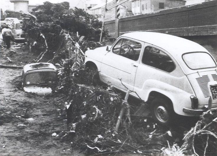 Alluvione del 7-8 ottobre 1970. Voltri – Il T. Leiro nei pressi del ponte ferroviario (titolo originale riportato sul retro della fotografia).(Foto: Publifoto – Giorgio Bergami. Via Pertinace, 1/1 – Genova).