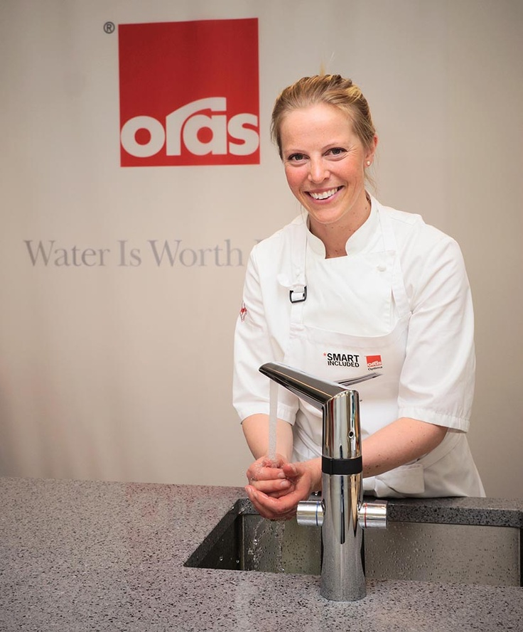 TV-kokk Charlotte Mohn Gaustad med sin nye bestevenn på kjøkkenet, Oras Optima 2727F kjøkkenkran med berøringsfri funksjon