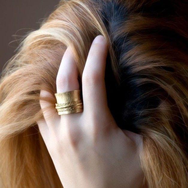 handgemaakte gouden spinner ring gemaakt met messing en bedekt met met 18k geel goud , een grote holle ring wordt omhelsd door drie draaiende ringen ( twee platte en gehamerd en men is rond met...