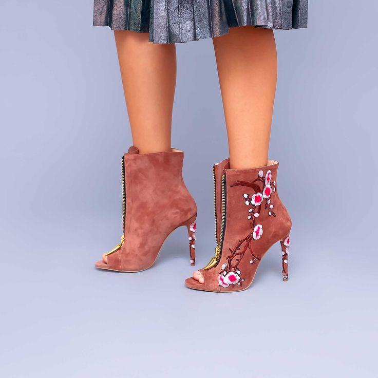 Botinele de dama Mineli Cherry Blossom Dusty sunt realizate din piele camoscio cu broderie și…